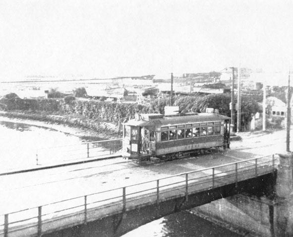 Tranvía de la línea 15 sobre el puente del Pantanoso, dos días antes de la supresion de dicha línea el 5 de mayo de 1955 - Foto archivo AUAR