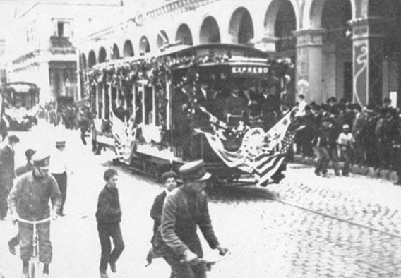 El coche inaugural de los tranvías eléctricos en la Plaza Independencia - Foto archivo IMM