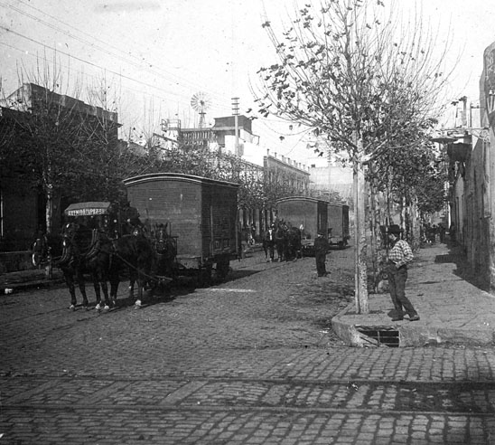 From Norte station, the special wagons that carried meat pulled by steam locomotives from the stockyards at Santiago V�zquez (20 km to the West) were uncoupled and drawned by horses to the three markets of the city - El Pa�s collection photo